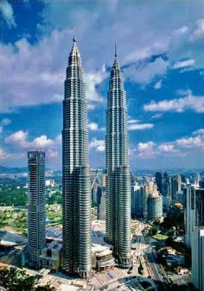 เปโตรนาสทาวเวอร์ เป็นอาคารที่สูงที่สุดในโลกในช่วงระหว่างปี พ.ศ. 2541 ถึงปี พ.ศ. 2547