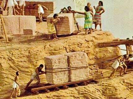 วิธีลากหินไปสร้างปิรามิดของอียิปต์ กับวิธีชักลากพระไปเข้าวัดของไทย ใช้เครื่องมือเหมือนกัน